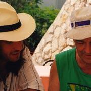 Isola di Iž 2000. Io e Arnalsen davanti a un menù che promette strabilianti piatti di pesce e totani alla piastra.