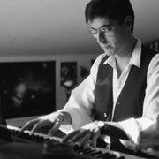 1991. Esercizi di stile e improvvisazioni al pianoforte. La postura tradisce gli anni trascorsi alle prese con le scale di Hanon e con lo studio di spigolosi pezzi firmati Bela Bartok.